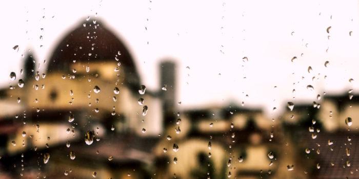 il Duomo di Firenze visto attraverso un vetro bagnato di pioggia