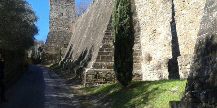 Lungo le Mura di Via di Belvedere a Firenze